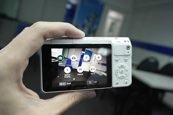 Samsung-NXF1-back