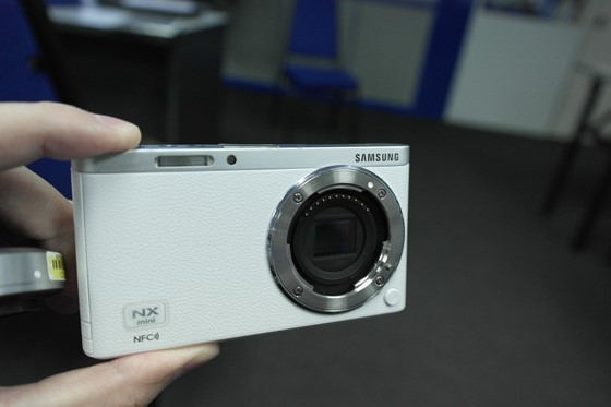 Samsung-NXF1-mount-sensor